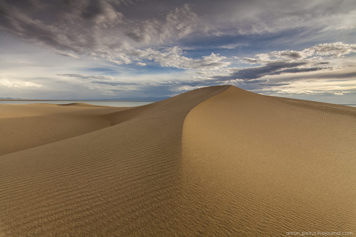 the-gobi-desert-footprints-in-the-sand-06