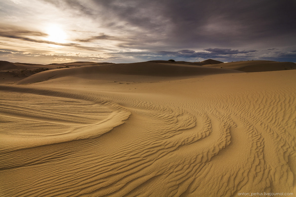 the-gobi-desert-footprints-in-the-sand-07