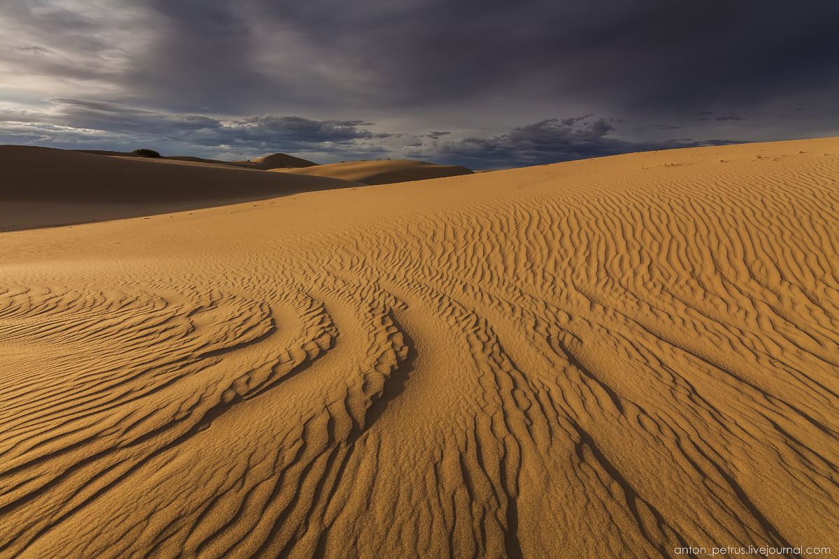 the-gobi-desert-footprints-in-the-sand-08