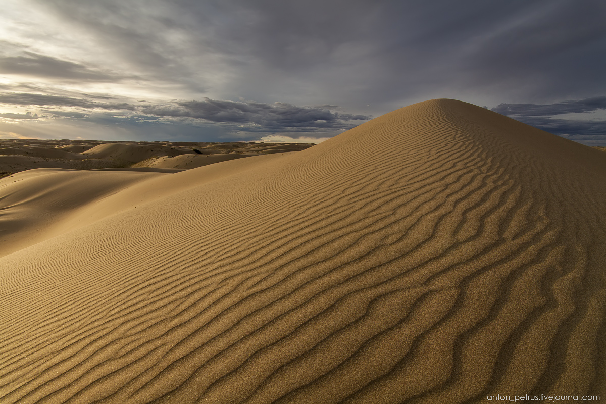 the-gobi-desert-footprints-in-the-sand-09