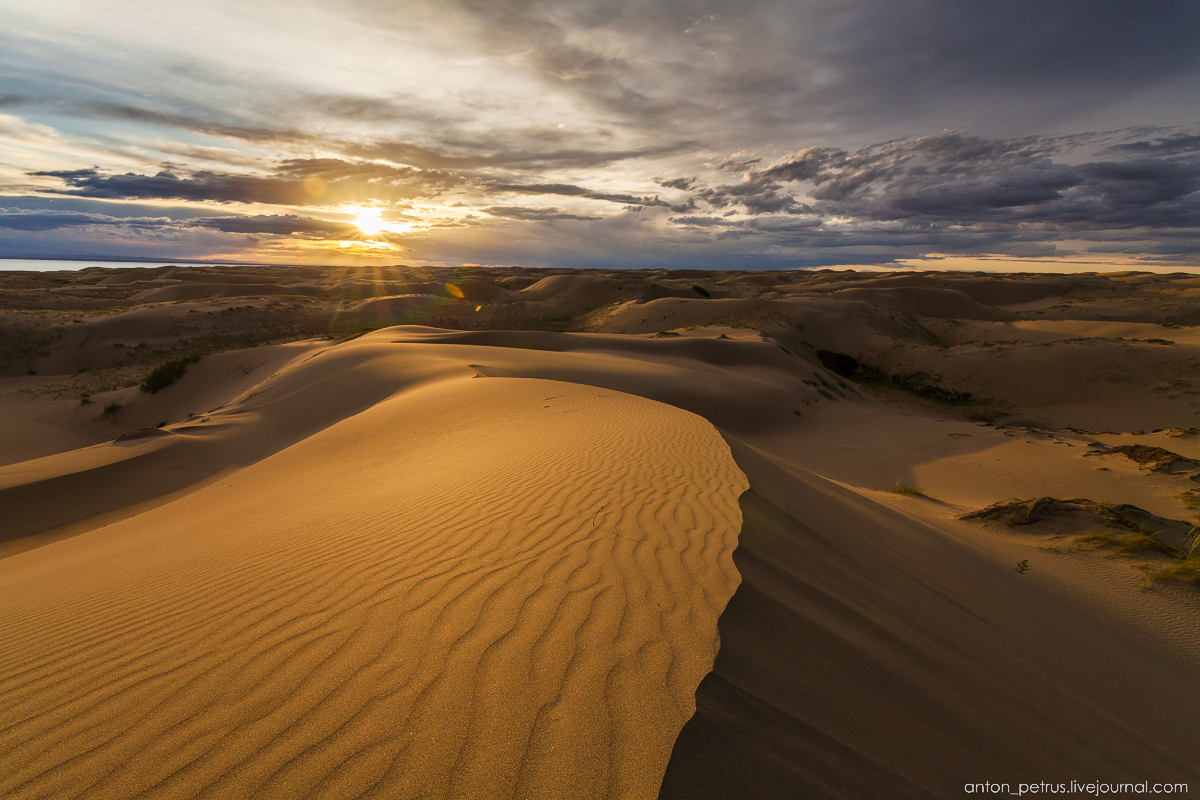 the-gobi-desert-footprints-in-the-sand-10