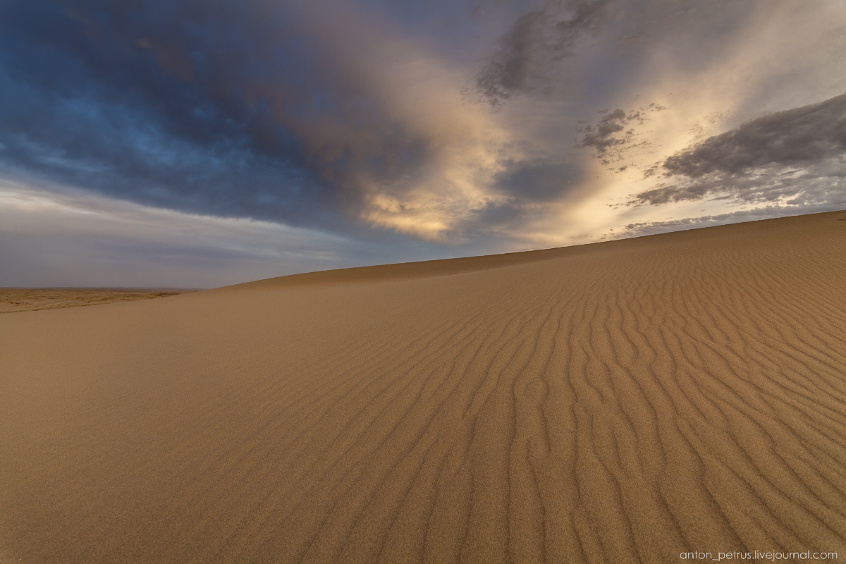the-gobi-desert-footprints-in-the-sand-11