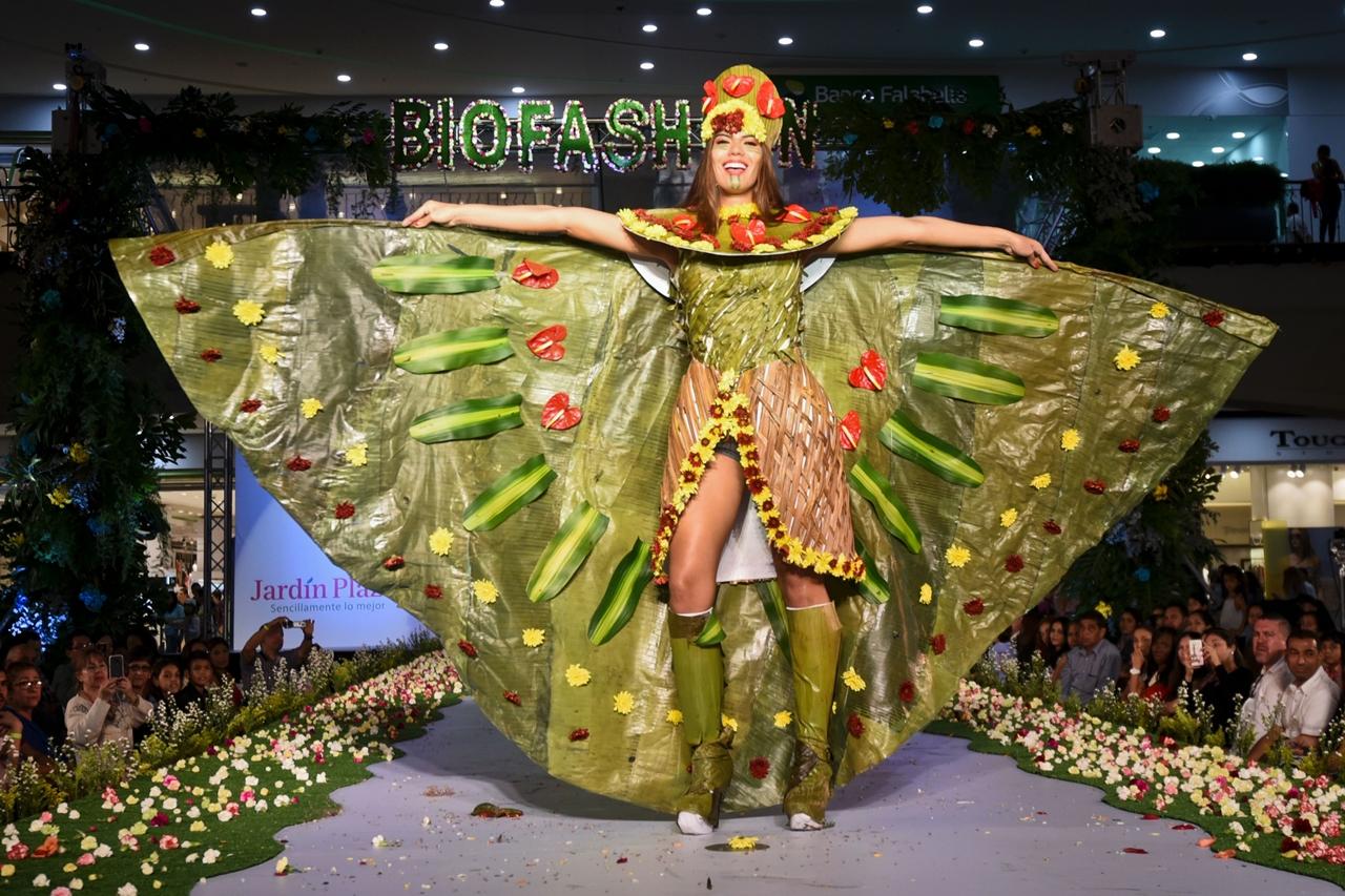 Красочные наряды из растений на показе BioFashion Show