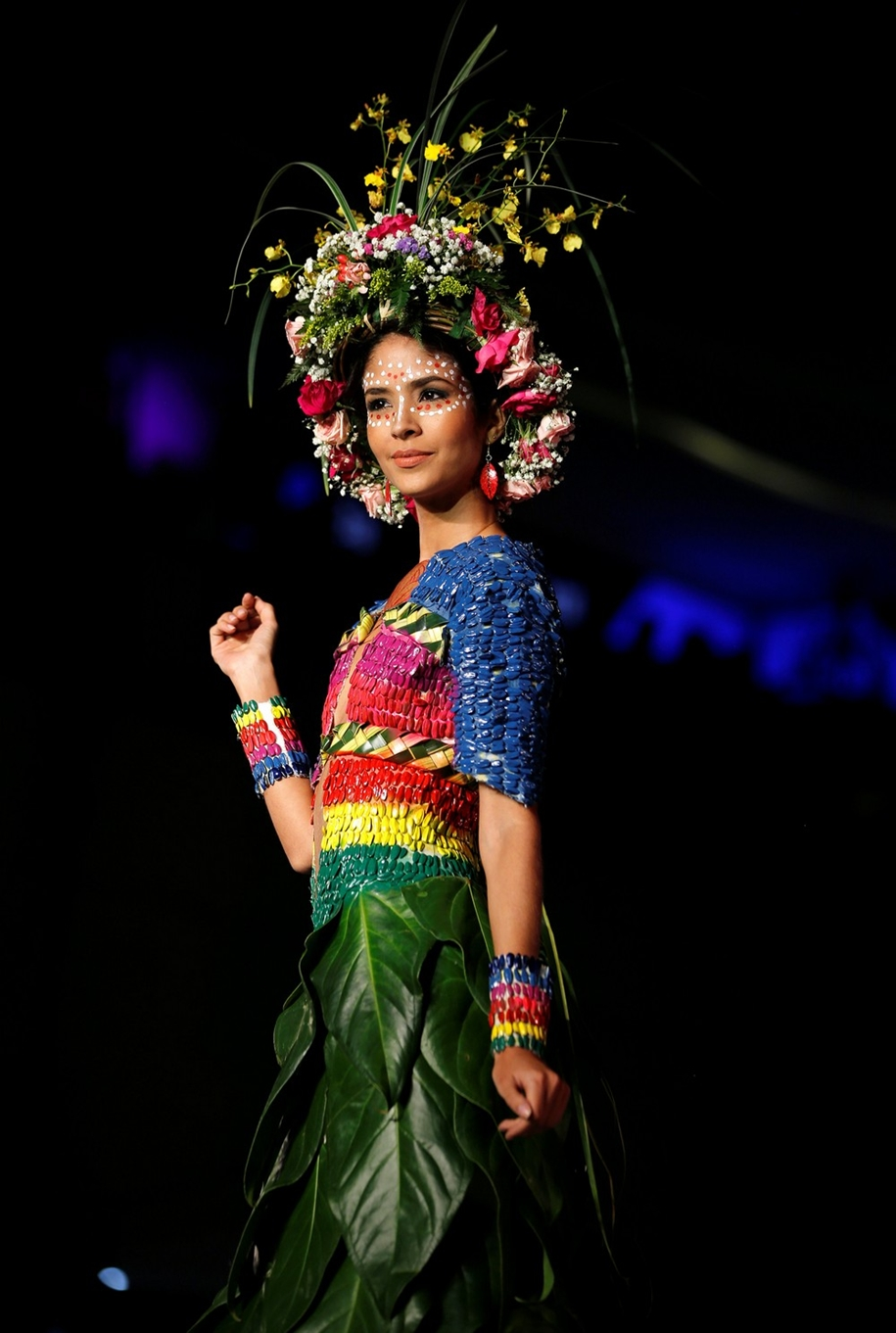 colorful-outfits-from-plants-on-biofashion-show-02