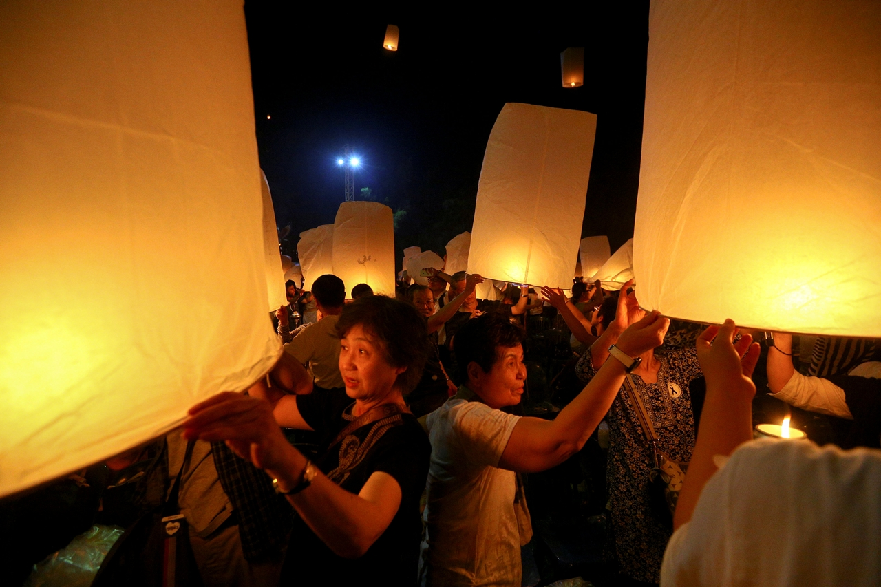 festival-of-sky-lanterns-in-thailand-01