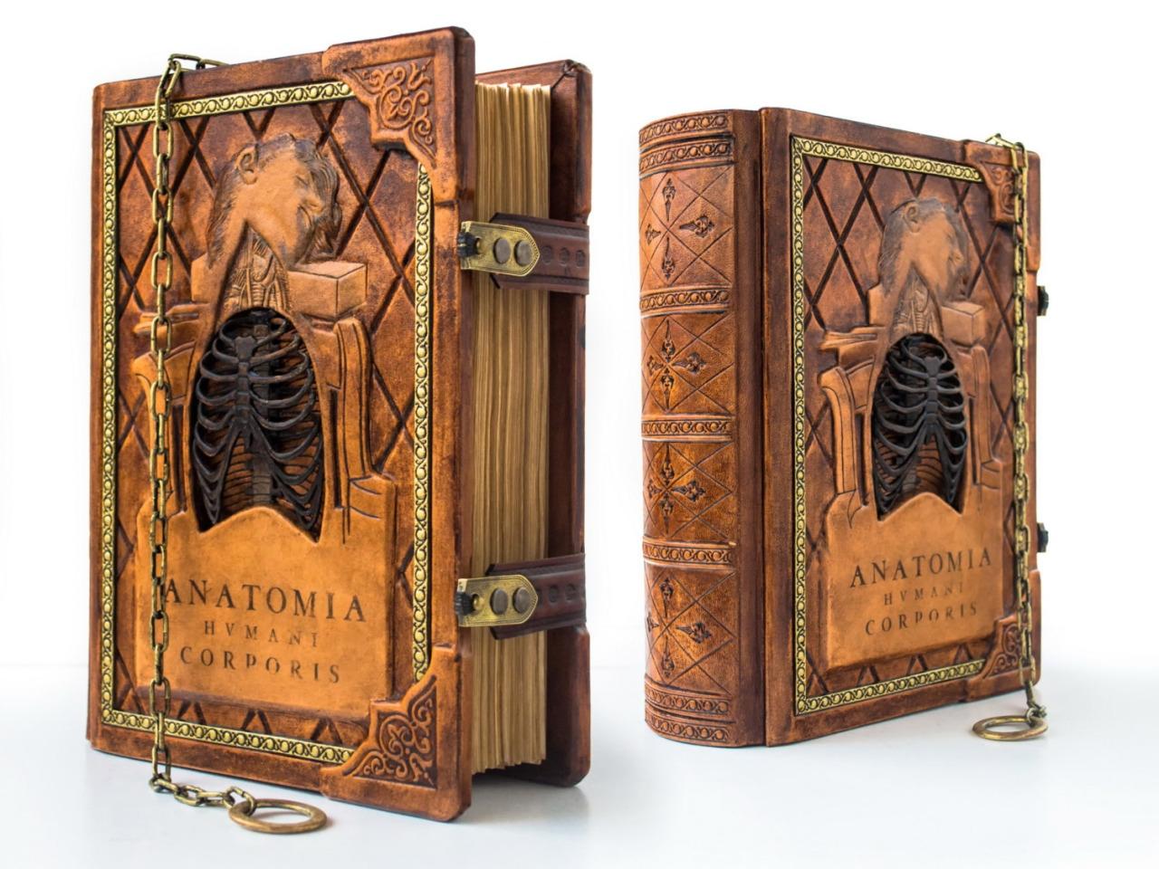Красивые переплеты ручной работы словно из средневековья