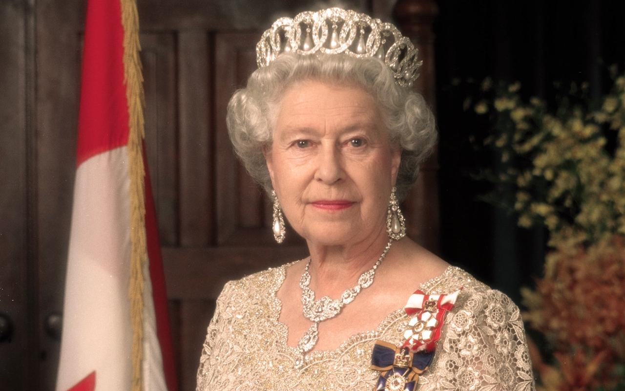 Как королева Елизавета II посылает секретные сигналы сумочкой