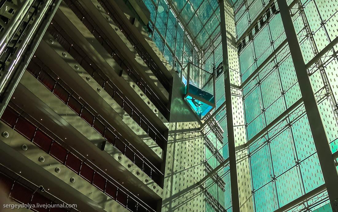 Отель с прозрачным бассейном на высоте 8-го этажа