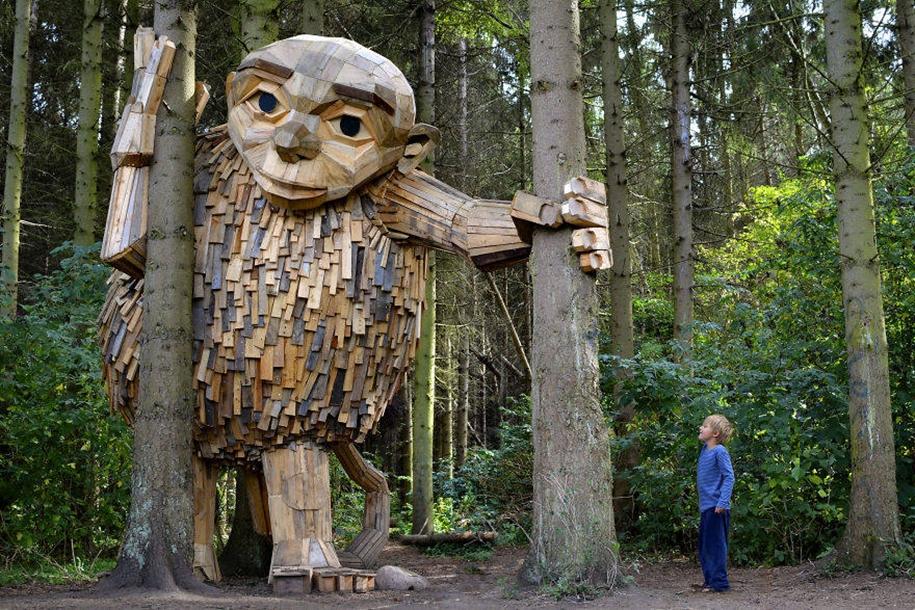Поразительные огромные скульптуры из отработанной древесины