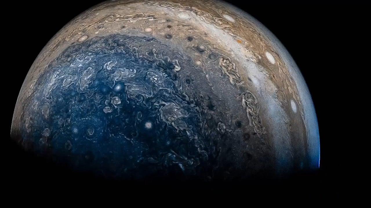 Облетая Юпитер: захватывающее видео из кадров сделанных станцией «Юнона»