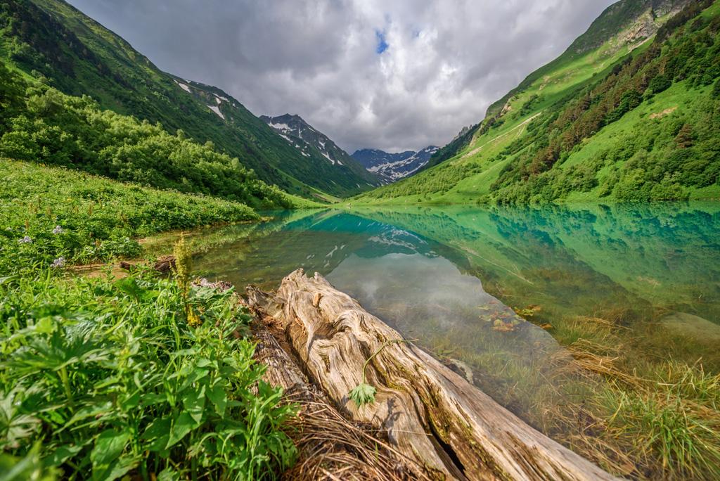 Озеро Ачипста — одно из красивейших озер Кавказского заповедника
