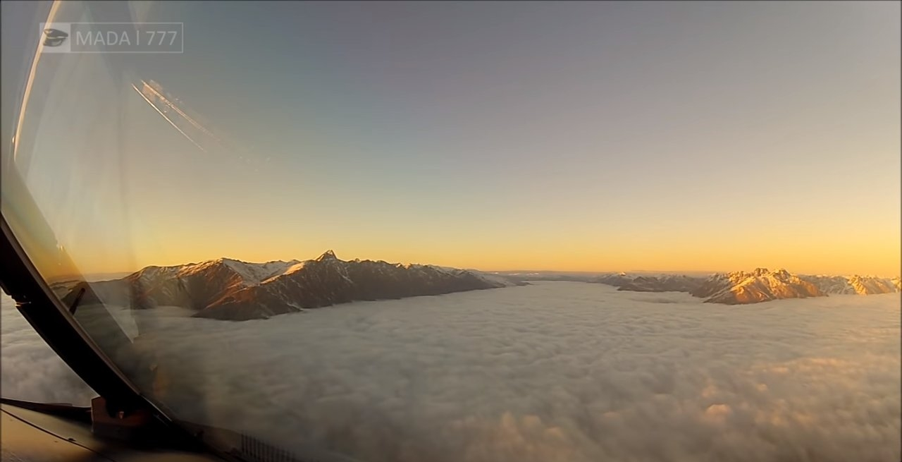 Видео снятое пилотом самолета во время посадки сквозь облака