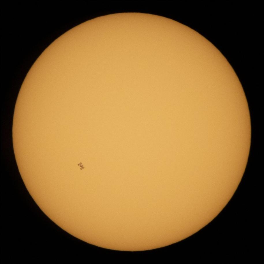 Проход Международной космической станции по диску Солнца