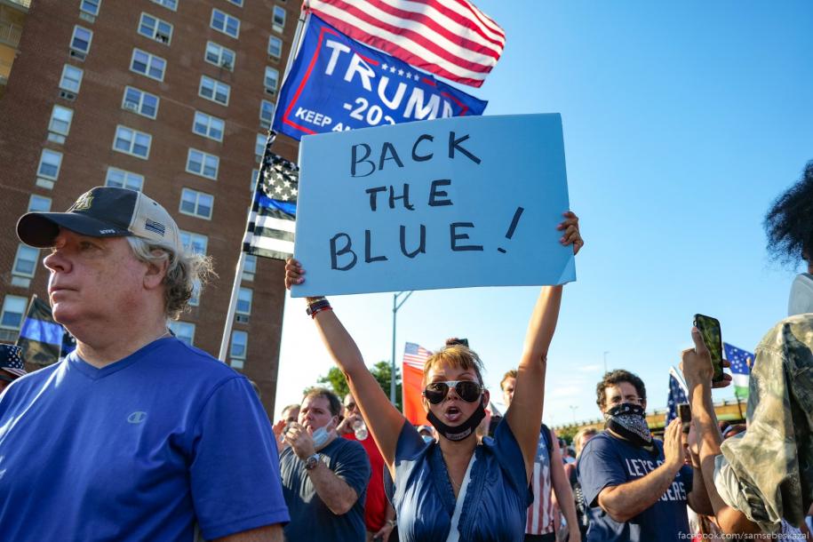 Новая волна протестов: синие против черных