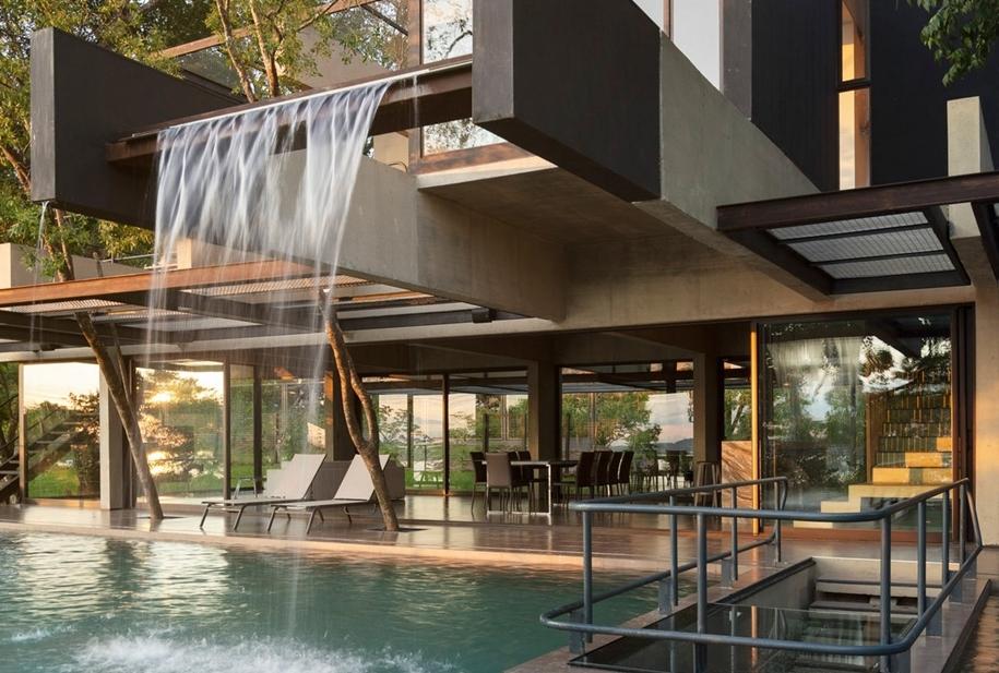 Дом с бассейном и водопадом в Парагвае