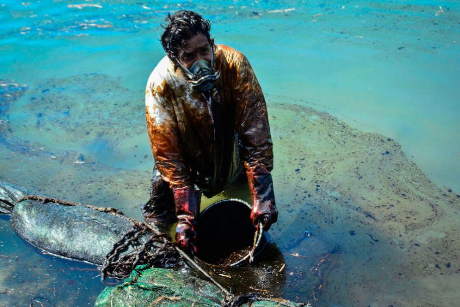 Как собирали нефть у Маврикия