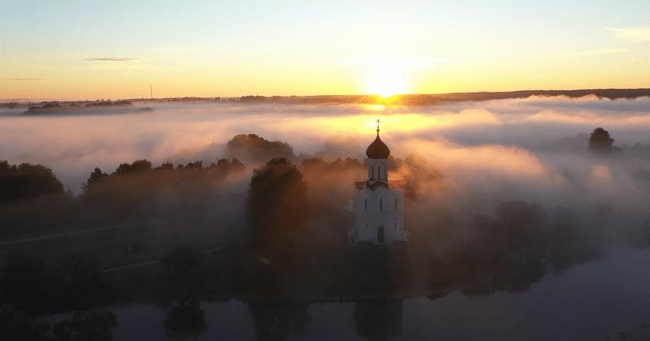 Туманный рассвет около самого красивого храма России
