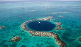5 самых впечатляющих голубых дыр в мире